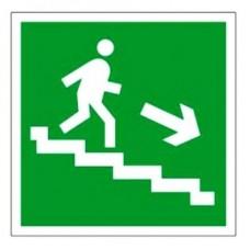 Знак Е13 «Направление к эвакуационному выходу по лестнице вниз» (направо)